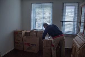 Das Bild zeigt einen Mitarbeiter der Spedition Kreye bei einem Umzug